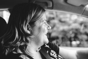 portretfoto van vrouw achter stuur, documentaire fotografie