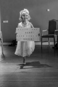 bruidsmeisje met aankondigingsbord