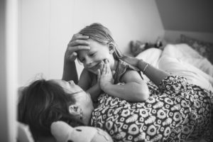 mama en dochter hebben een onderonsje voordat de kleine meid gaat slapen, day in the life fotografie