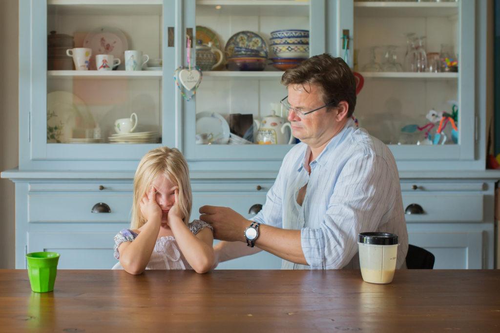 Vader kamt haar van dochtertje tijdens day in the life reportage