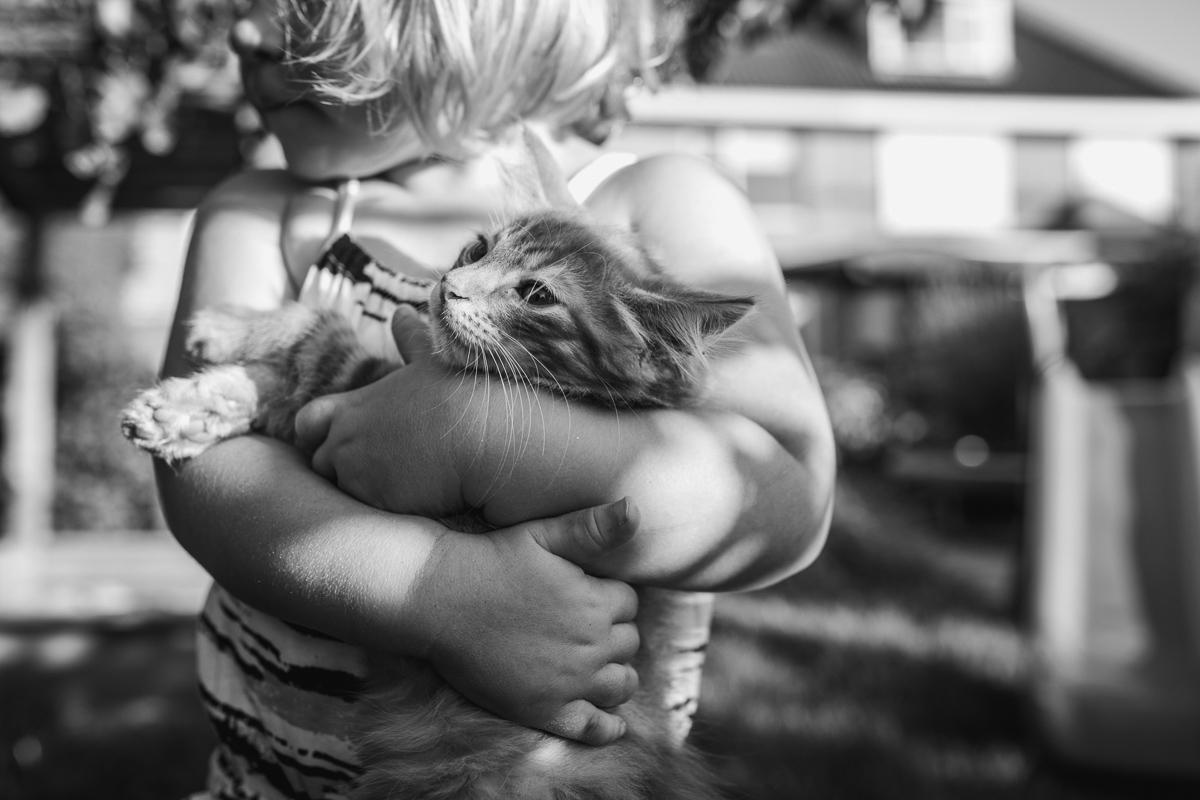meisje kroelt met kat, lifestylefotografie