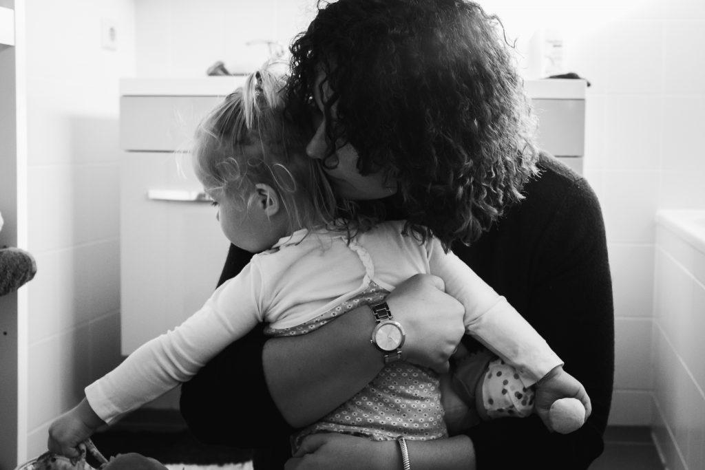 mama knuffelt haar dochter stevig