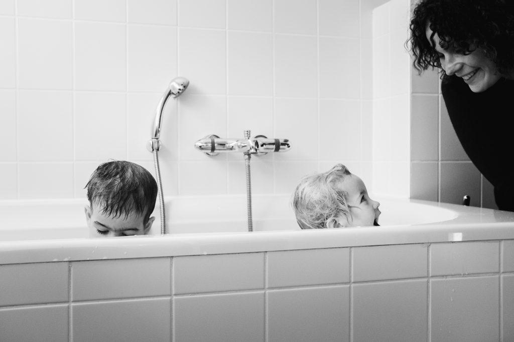 Broer en zus zitten samen in bad