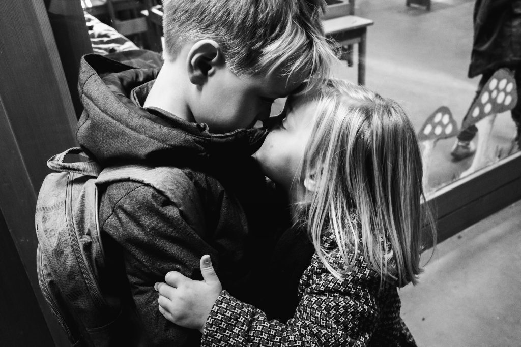Broer krijgt knuffel van zijn zusje als ze hem uit school ophaalt