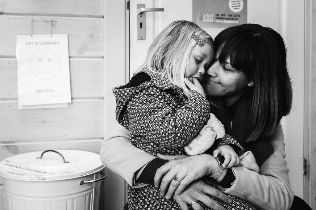mama knuffelt haar peuterdochter