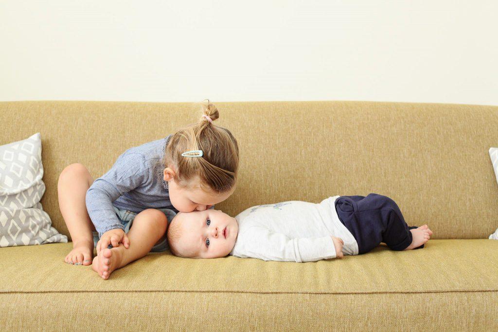 zusje kust broertje, lifestyle fotografie