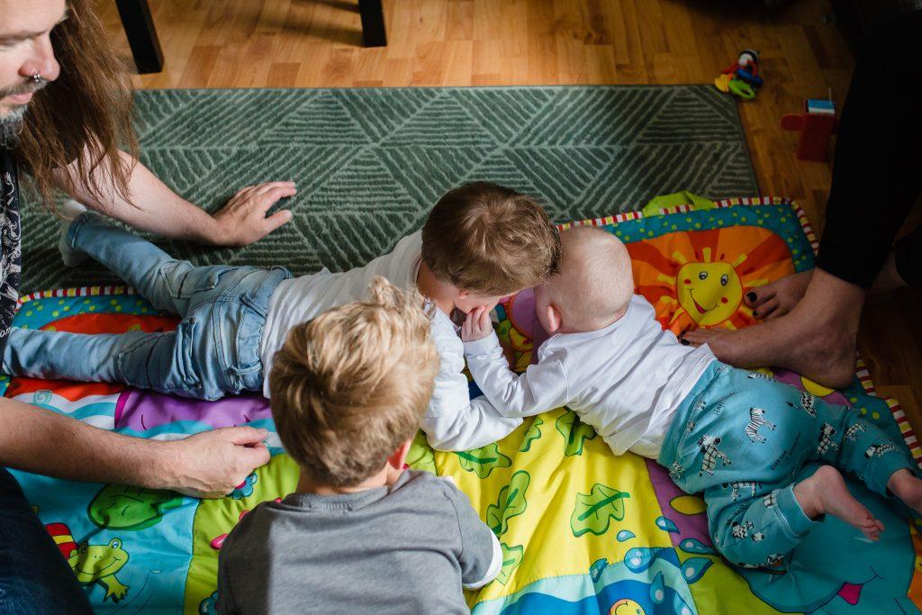 Ongeposeerd gezinsportret tijdens een day in the life reportage