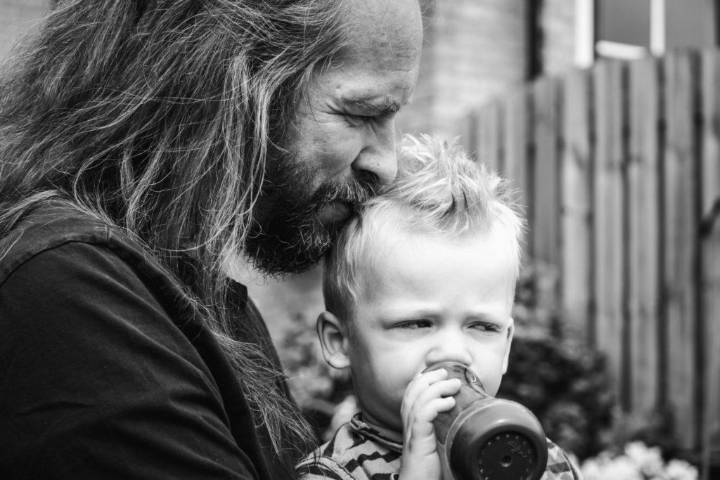 Vader knuffelt met zijn zoontje tijdens een day in the life reportage