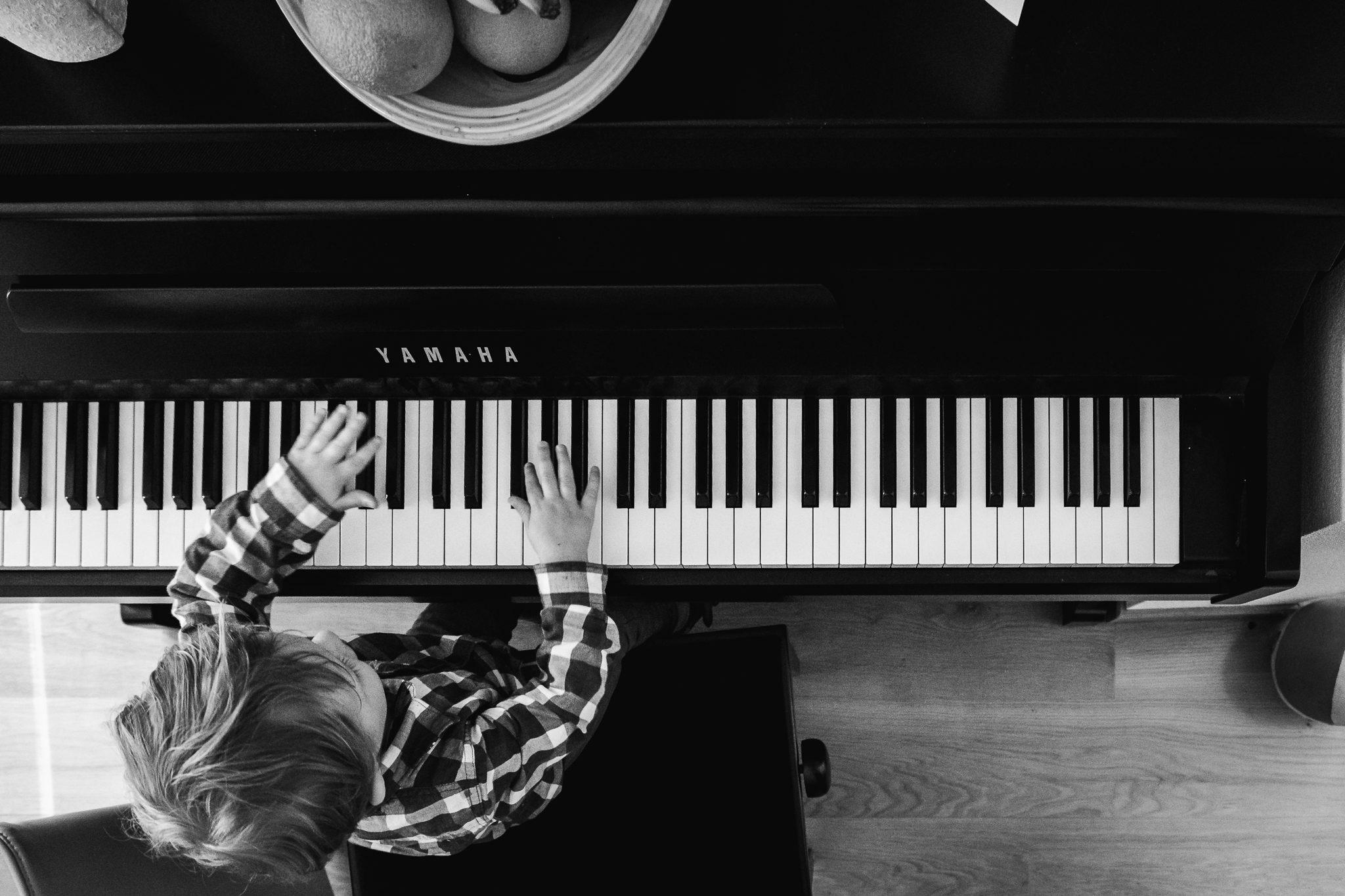 Jongetje speelt op de piano