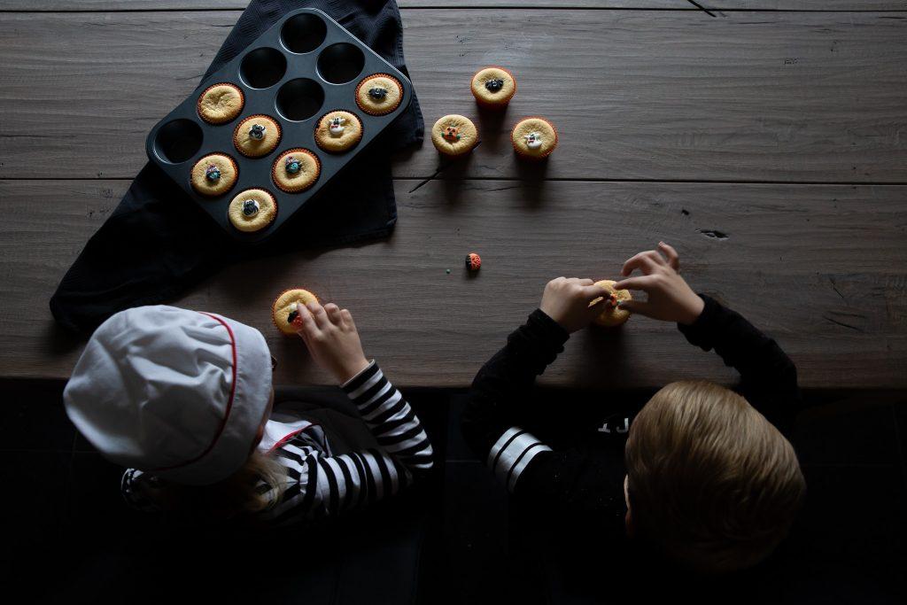 kinderen bakken koekjes tijdens een day in the life reportage