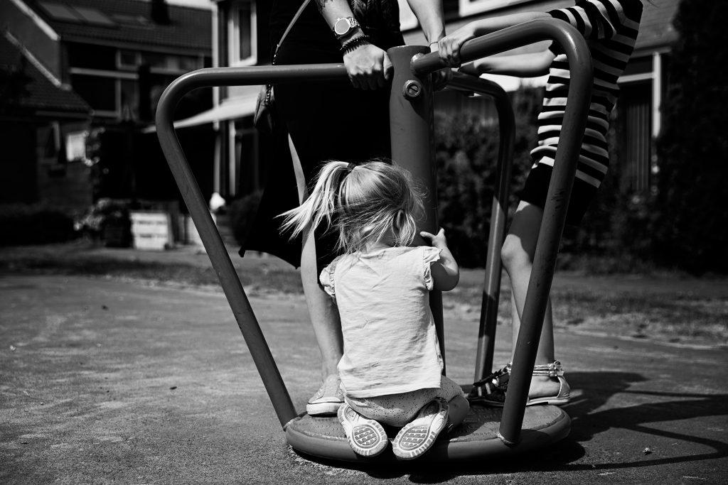 Meisje speelt in speelt tijdens een day in the life reportage
