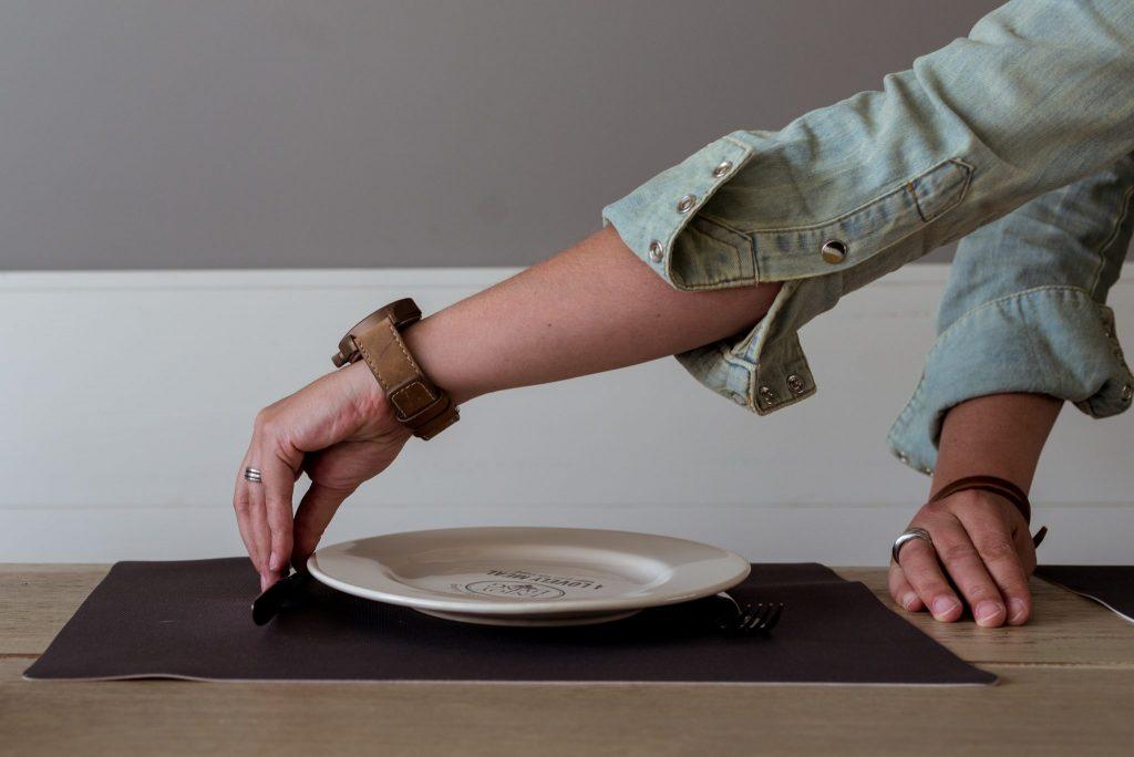 persoon met dwangneurose dekt de tafel op haar manier