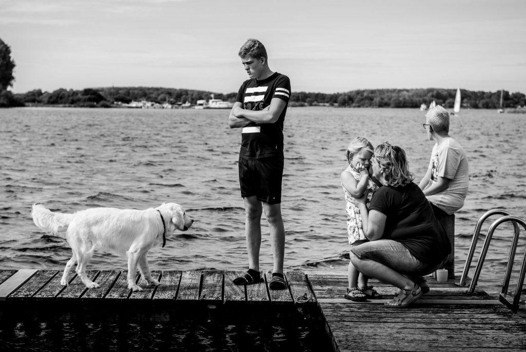 Marjolijn, fotograaf, met haar eigen gezin op de steiger bij het Veerse Meer