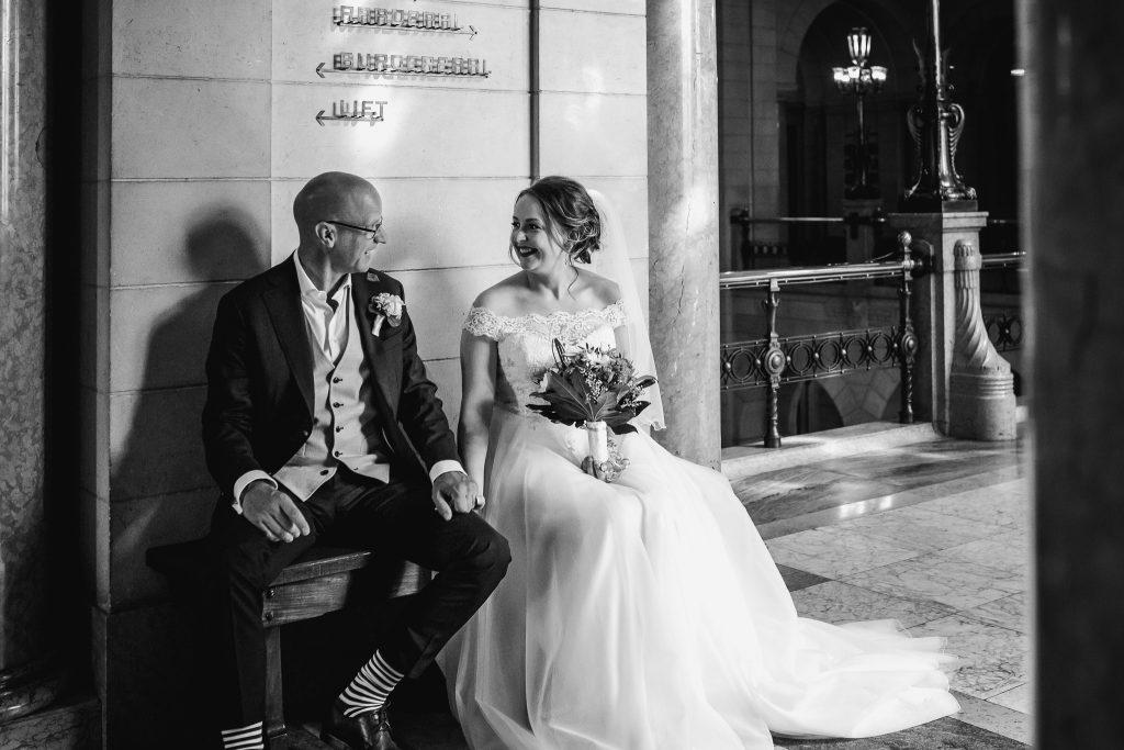 Bruidspaar wacht voor de ceremonie bij het oude stadhuis in Rotterdam, bruidsfotograaf Rotterdam