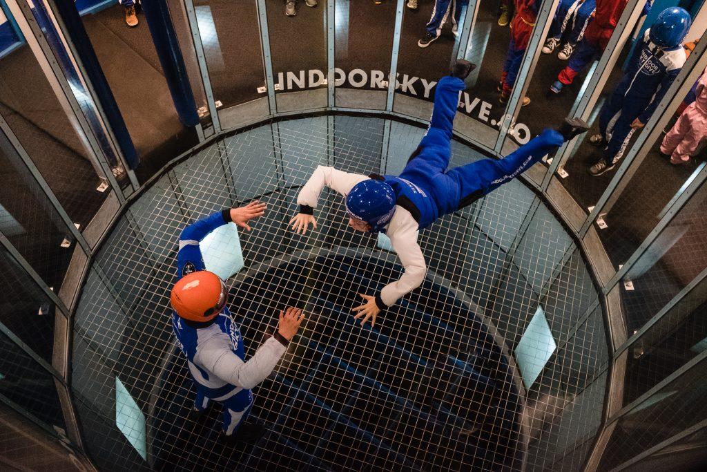 Jongen vliegt voor het eerst los tijdens een indoor skydive sessie in Roosendaal
