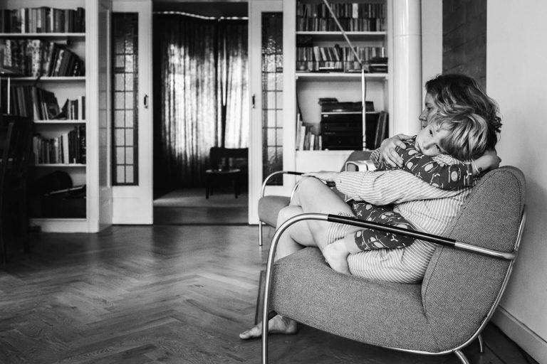 familiereportage in Breda, ongeposeerde lifestyle fotografie, moeder zoon knufflemoment