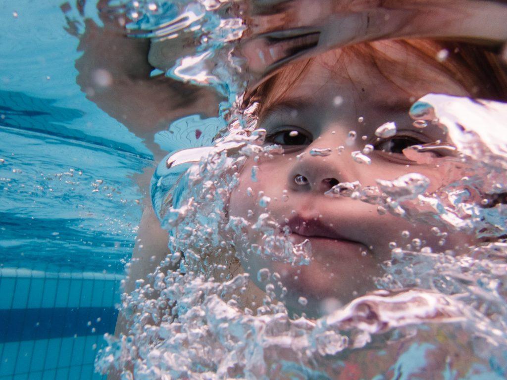 Meisje zwemt onderwater, foto gemaakt met behulp van een onderwatercamera