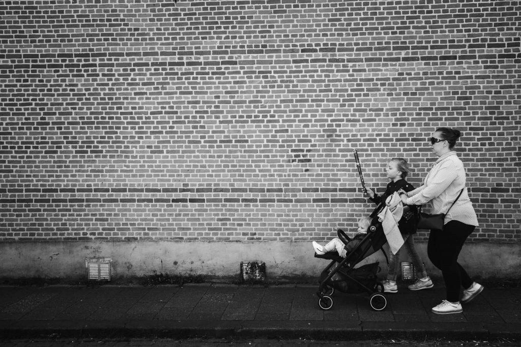 Moeder wandelt met haar zonen door Gouda tijdens een ongeposeerde fotoreportage van haar gezin